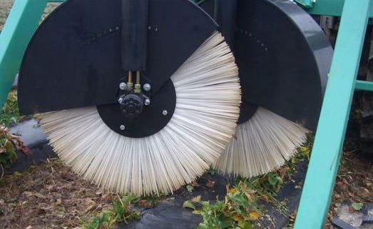 Plastikiniai šepečiai valo pakeltas vagas. Pašalina senus lapus nuo plastikine plėvele uždengtų vagų. Plastikinių šepečių ir plieninių pirštų kombinacija suteikia galimybę lengvai pašalinti šiaudus nuo braškių po žiemos apsaugos. Darbinis aukštis reguliuojamas traktoriaus hidraulikos ir gali būti elektriniu būdu šlavimo elementai perstumti į vieną ar į kitą pusę.