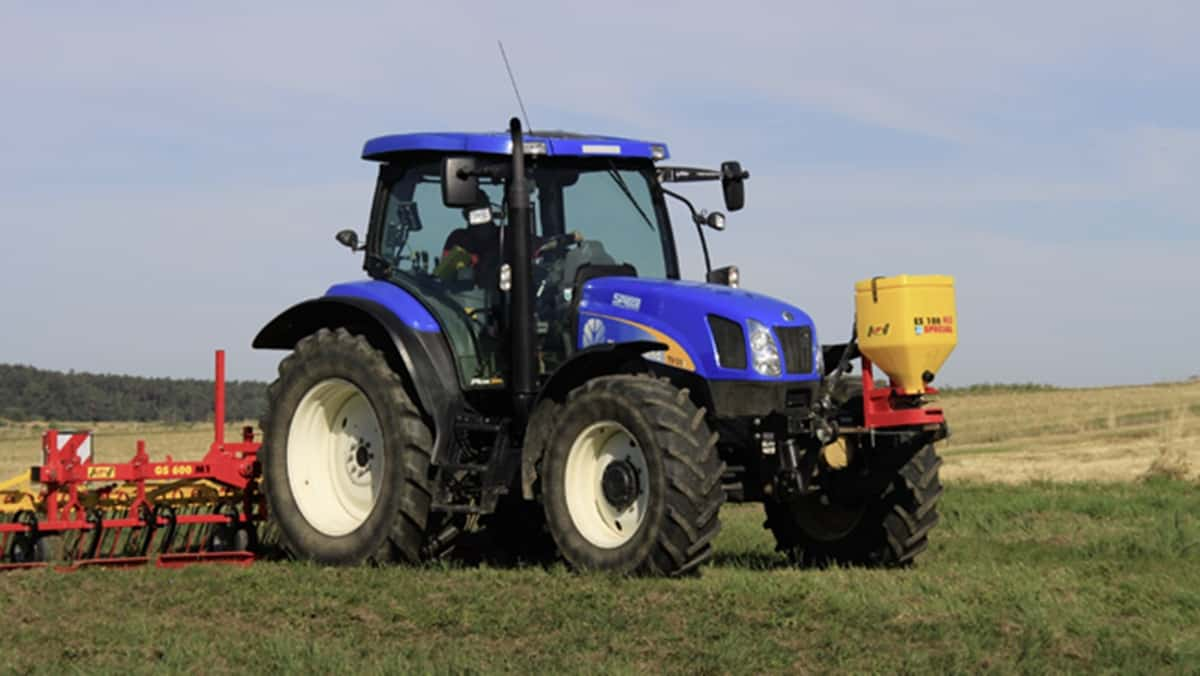 Žolės sėklų sėjamoji ES 100 M3 Special pakabinta ant traktoriaus priekio akėjant