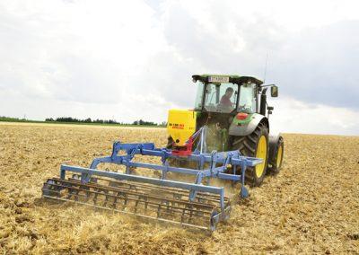 Žolės sėklų sėjamoji ES 100 M3 Special pakabinta ant dirvos įdirbimo agregato