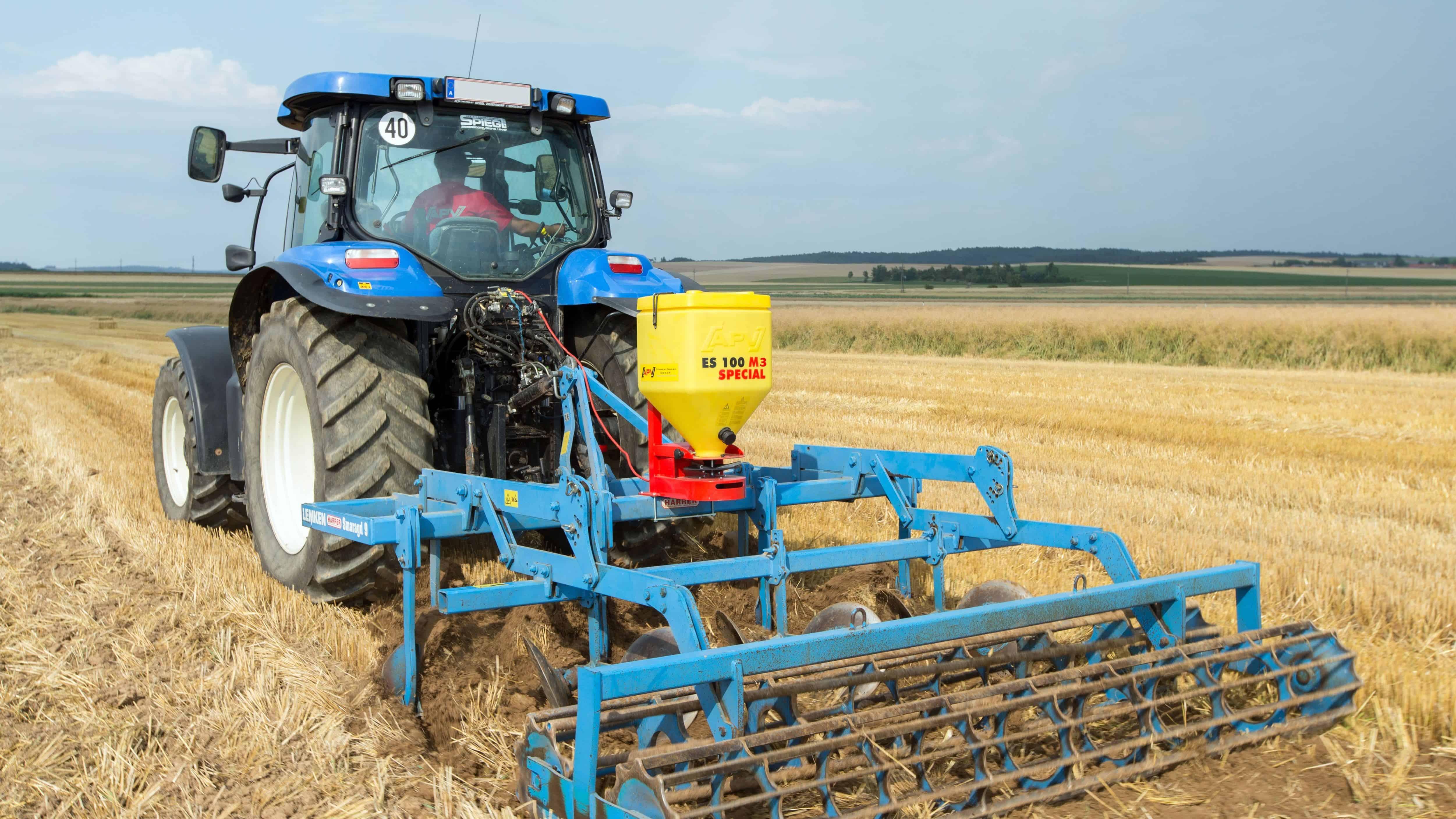 Žolės sėklų sėjamoji ES 100 M3 Special pakabinta ant čizelio