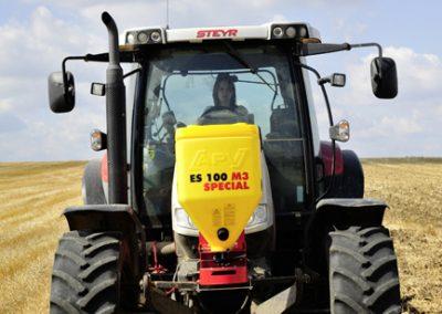 Elektrinės žolės sėklų sėjamosios ES100 M3 Special pakabinta ant traktoriaus priekio