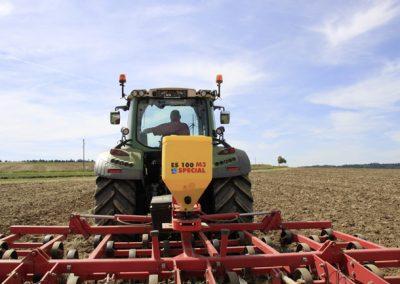 Elektrinės žolės sėklų sėjamosios ES100 M3 Special pakabinta ant kultivatoriaus