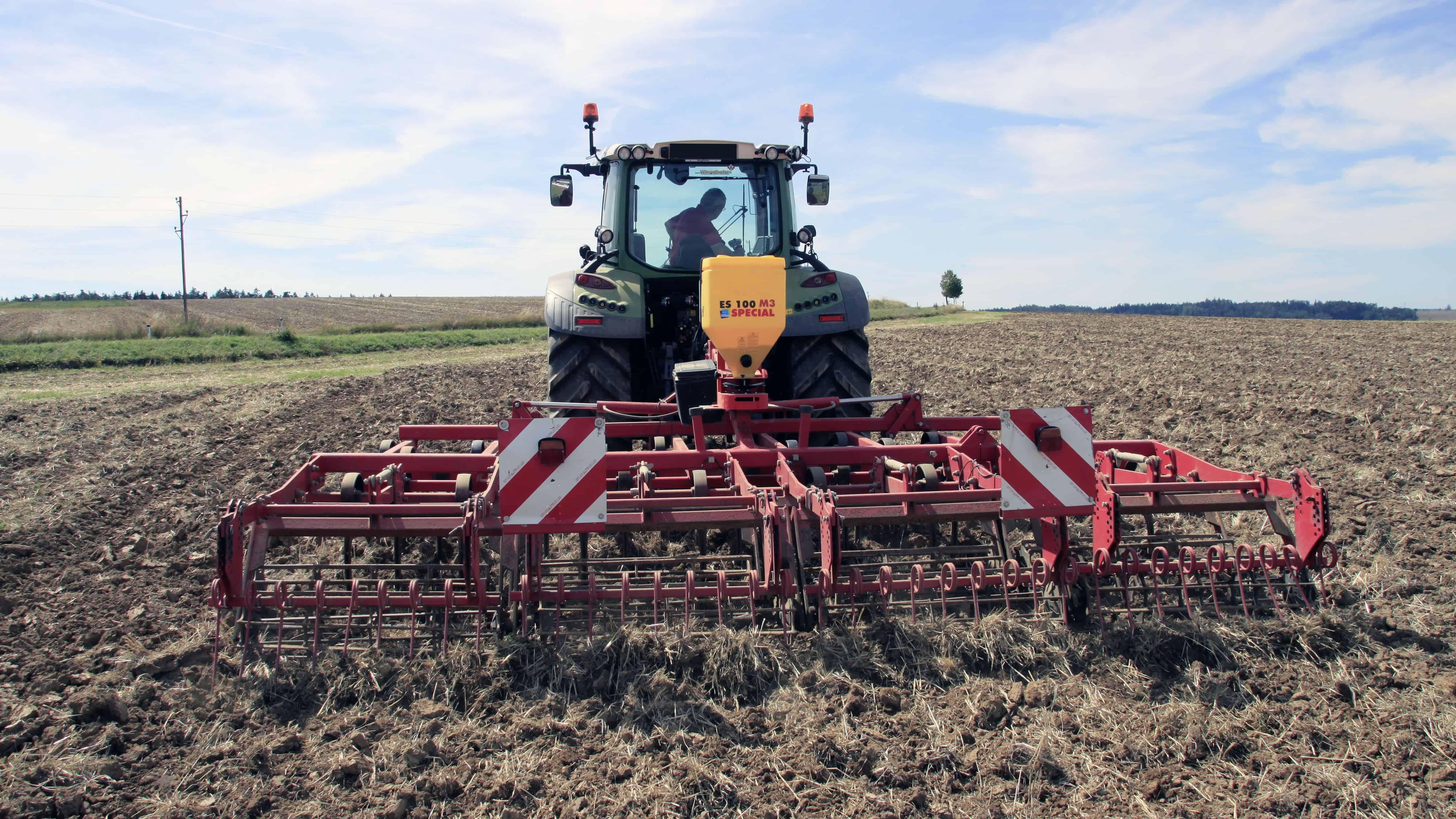 Žolės sėklų sėjamoji ES 100 M3 Special pakabinta ant kultivatoriaus