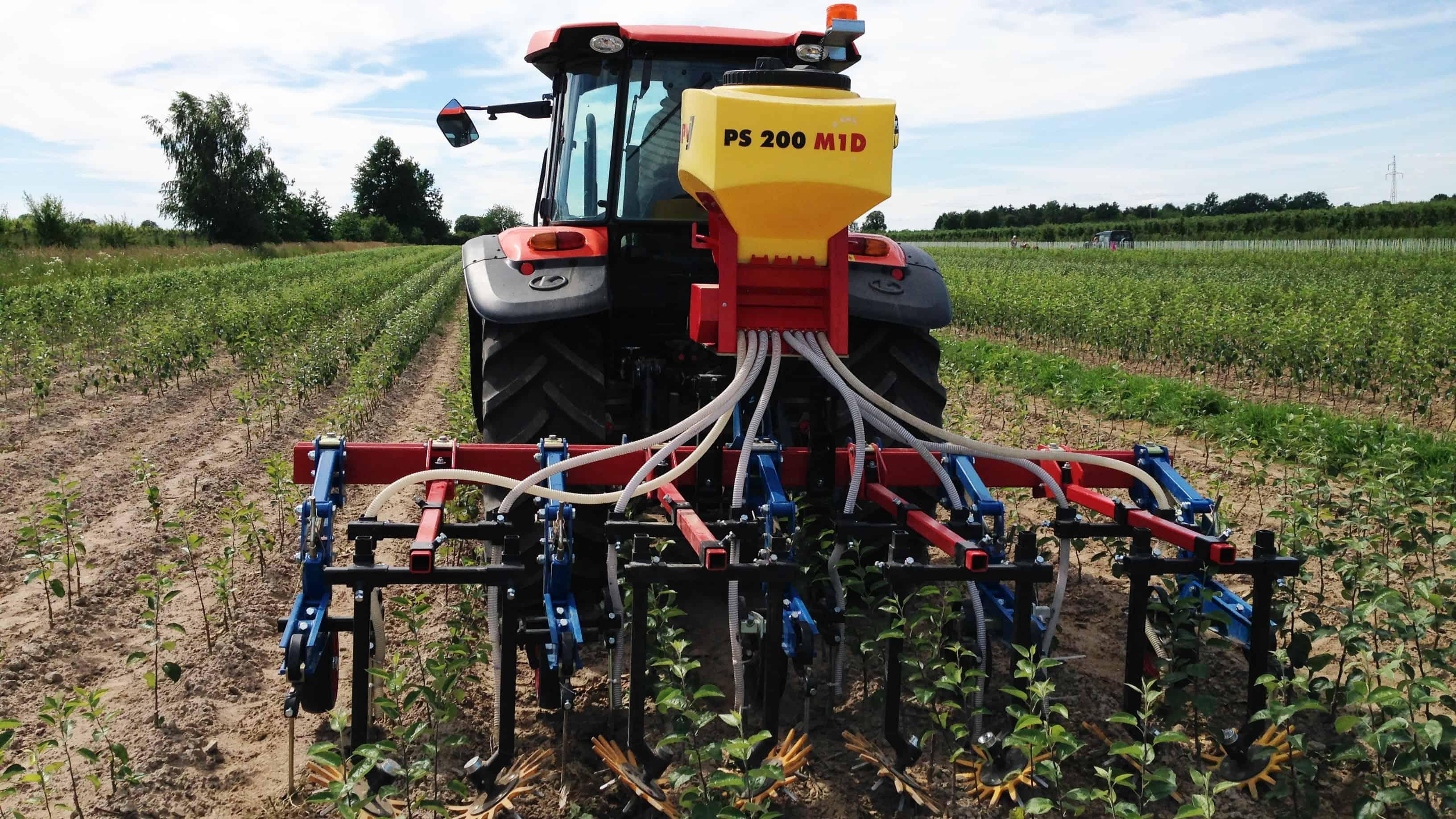 Elektrinė pneumatinė žolių sėklų sėjamoji PS 200D pakabinta ant ravėtuvo