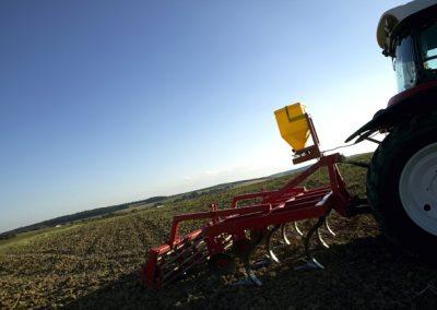Elektrinė žolių sėklų sėjamoji ES 100 M1 Classic pakabinta ant kultivatoriaus