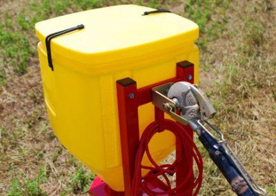 Elektrinė žolių sėklų sėjamoji ES 100 M1 Classic pakabinta ant traktoriaus