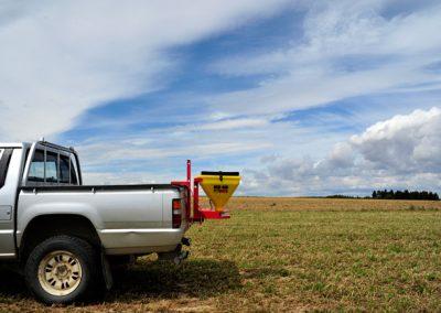 Elektrinė žolės sėklų sėjamoji KS40 pakabinta ant automobilio