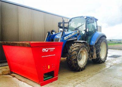 Kreiktuvas AG200 pakabintas ant traktoriaus