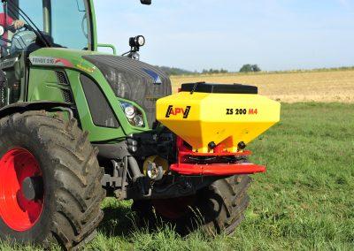 Žolės sėklų elektrinė sėjamoji ZS 200 M4 pakabinta ant traktoriaus priekio