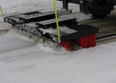 Su šepečiu nuvalysite sniegą stovėjimo aikštelėse, kiemuose