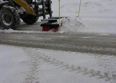 Su šepečiu nuvalysite sniegą