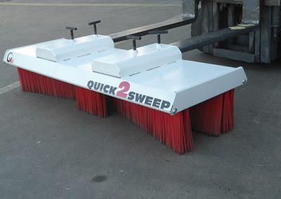 Šluota Quicj2Sweep pakabinta ant pakrovėjo
