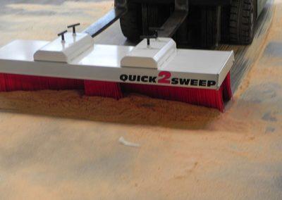 Su šluota Quicj2Sweep V-7 šluojama su pakrovėju lentpjūvėje
