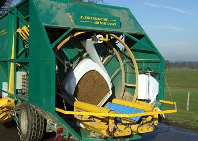 Stačiakampių ryšulių kukurūzų presas MVA750 pradeda vynioti vertikaliai
