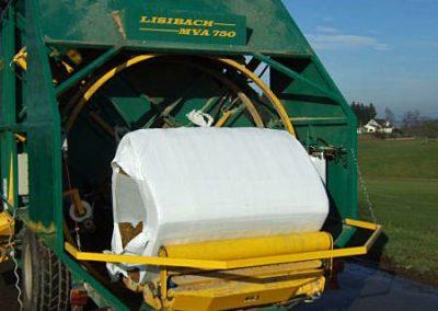 Stačiakampių ryšulių kukurūzų presas MVA750 pradeda apvynioti horizontaliai