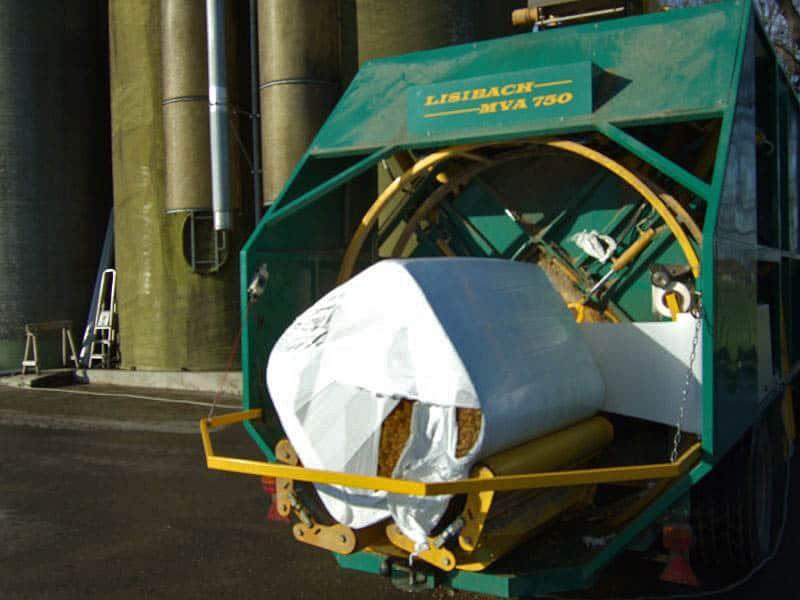 Stačiakampių ryšulių kukurūzų presas MVA750 ruošiasi vynioti