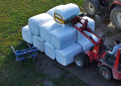 Stačiakampių ryšulių kukurūzų preso MVA750 supresuotų ryšulių sandėliavimas