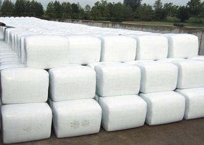 Stačiakampių ryšulių kukurūzų presas MVA1250 ryšulių sandėliavimas