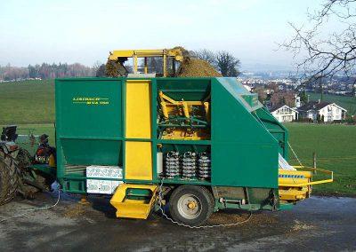 Stačiakampių ryšulių kukurūzų preso MVA750 užpilamas kukurūzais