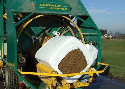 Stačiakampių ryšulių kukurūzų presas MVA750 ruošiasi vynioti horizontaliai