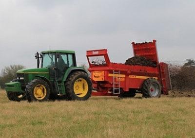 Titan mėšlo kratytuvas su traktoriumi