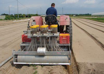 Traktorine pjaunamų daržovių sėjamąja SM 2000 keturių sekcijų sėjama lauke