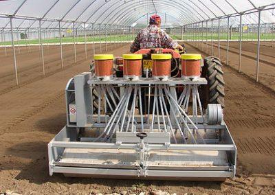 Traktorine pjaunamų daržovių sėjamąja SM 2000 keturių sekcijų sėjama šiltnamyje