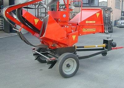 Šakų smulkintuvas BIO 400 kabinamas prie traktoriaus su kardaniniu velenu